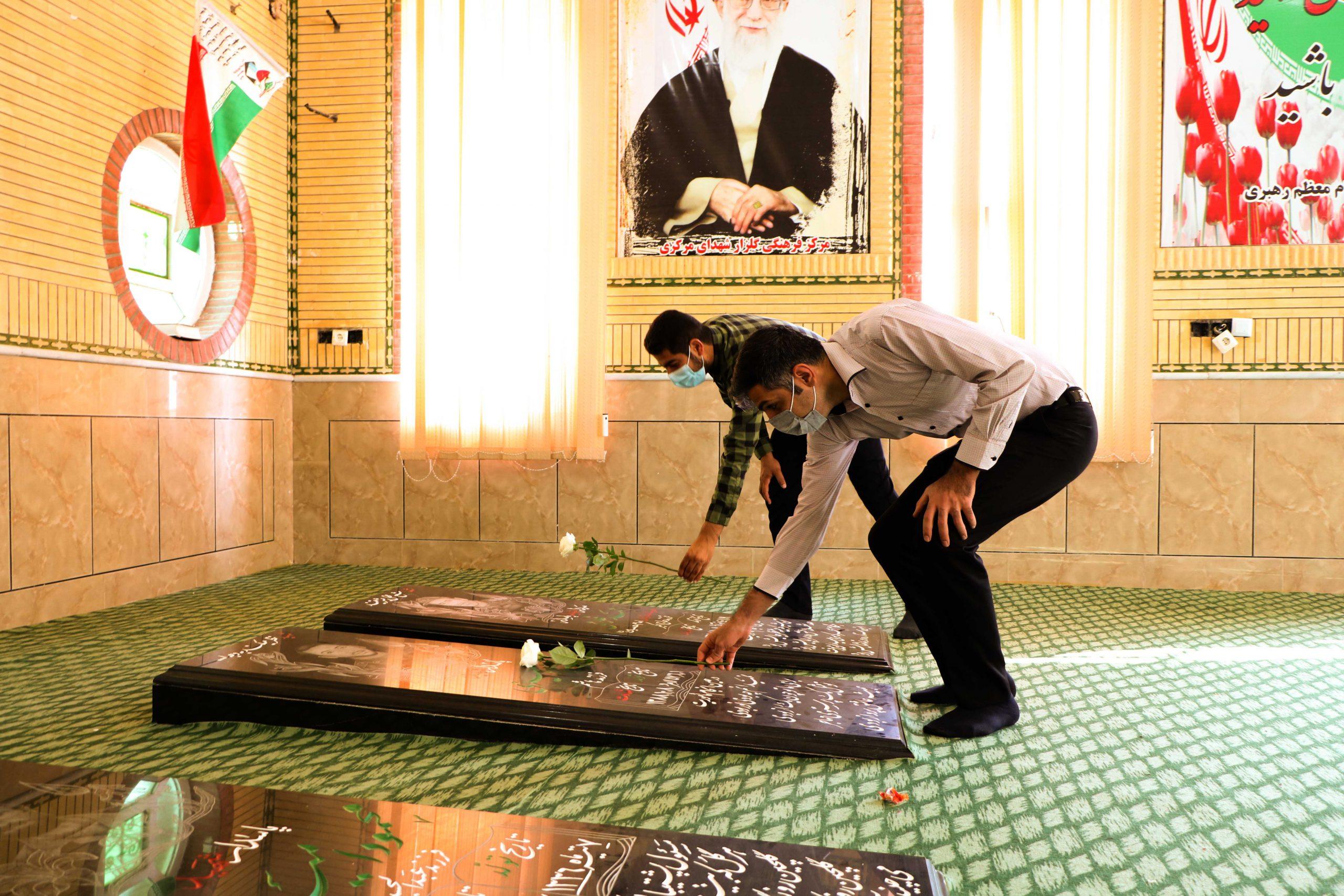 ادای احترام وتجدید میثاق دانشگاهیان مرکزآموزش عالی لامرد با حضور در گلزار شهدای لامرد